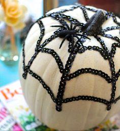 Zu Halloween mit schwarzen Pailletten ein Spinnennetz auf den Kürbis zaubern Fete Halloween, Halloween 2018, Happy Halloween, Halloween Decorations, Pumpkin Decorating, Diy, Fantasy, Orange, Random