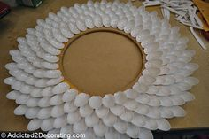 How to make DIY Chrysanthemum Mirrors out of plastic spoons Plastic Spoon Crafts, Plastic Silverware, Plastic Spoons, Spoon Mirror, Fun Crafts, Diy And Crafts, Mirror Makeover, Plastic Design, Spoon Jewelry