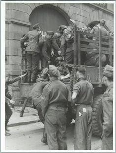 Tweede Wereldoorlog Nederland. Bevrijding Amsterdam, 8 mei 1945. Schietpartij op de Dam : De Duitsers die vanuit