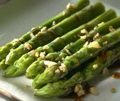 Fried asparagus with oyster sauce - Paistettua parsaa osterikastikkeessa (Phad Noomaifarang Naammanhoi), resepti – Ruoka.fi
