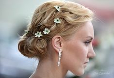 Wearing tiny flowers in your hair for a natural wedding look