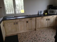 Wood Pallets Kitchen cabinets, made from pallets, that actually look good. - Nicolas sent us some photos of his brand new kitchen entirely made from upcycled wood pallets and for a cost … Pallet Home Decor, Diy Pallet Projects, Pallet Furniture, Kitchen Furniture, Pallet Walls, Pallet Ideas, Pallet Couch, Pallet Ceiling, Furniture Design