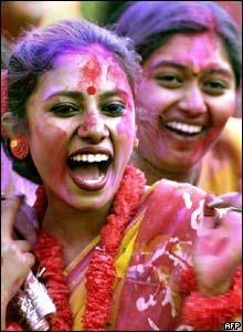 En la fiesta de Holi la gente se echa mutuamente agua y tintes