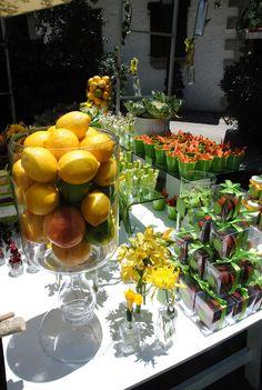 mas fruta en la mesa de dulces: en flores, y en vasitos para comer.
