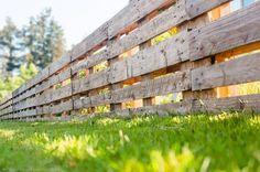 Einen Zaun aus Paletten (Palettenzaun) für deinen Garten selber bauen - Inkl. Anleitung und persönlicher Tipps & Tricks / Palette Fence DIY, Europaletten #diy #rums #haus #garten #palettenzaun #palettenimgarten #zaunauspaletten #zaunbau #zaun #gartenzaun #diyimgarten #holzzaun #vorgarten #paletten #palettenmöbel #europaletten