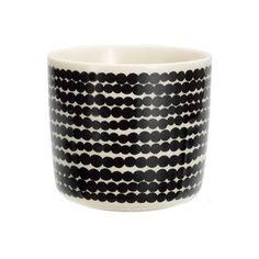 Kaffekoppen Räsymatto från Marimekko är formgiven av Sami Ruotsalainen med dekor av Maija Louekari. Det prickiga Räsymatto-mönstret är en riktig klassiker och funkar bra att matcha med de flesta mönster från Marimekko. Kaffekoppen utan öra är perfekt till en kopp bryggkaffe eller en cappuccino men  kan även användas som en liten serveringsskål. Varför inte till desserten