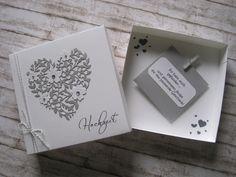 Sie möchten Geld zur Hochzeit verschenken, aber es soll besonders sein? Dann biete ich ihnen hier eine sehr schöne Möglichkeit an! Eine weiße, von Hand gefertigte Schachtel wurde liebevoll mit...