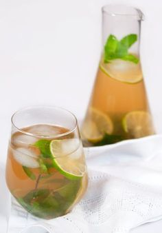 Iced green tea with mint and lime (+white rum💕)ღPłåtįnumღ Yummy Drinks, Healthy Drinks, Cocktail Drinks, Alcoholic Drinks, Beverages, Drink Party, Fruit Infused Water, Iced Tea, Lemon Grass