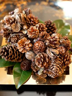 A Pinecone Bouquet using pinecones and magnolia leaves. Layer the rustic pinecones and leaves on a pretty tray to show a mixture of texture and shapes for a great effect. Christmas Room, Christmas Colors, Christmas Projects, Christmas Holidays, Christmas Jingles, Christmas Ideas, Merry Christmas, Pinecone Bouquet, Pinecone Centerpiece