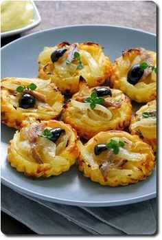 Mini tartlets with onions and anchovies Tapas, Finger Food Appetizers, Appetizer Recipes, Brunch, Mini Tartlets, Cooking Recipes, Healthy Recipes, Appetisers, Food Porn