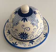 linda queijeira feito em cerâmica e pintado a mão. 100% artesanal China Painting, Ceramic Painting, Ceramic Art, Glazes For Pottery, Ceramic Pottery, Glazed Pottery, Hand Painted Ceramics, Porcelain Ceramics, Studio C