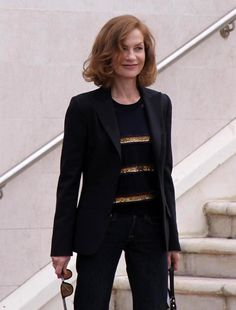 Isabelle Huppert Photos - Isabelle Huppert arrives at the jury photocall at the International Film Festival in Cannes. - Isabelle Huppert Arriving At Jury Photocall At Cannes Isabelle Huppert, Michael Haneke, Stylish Older Women, Female Actresses, French Fashion, Women's Fashion, International Film Festival, Aging Gracefully, Classic Beauty