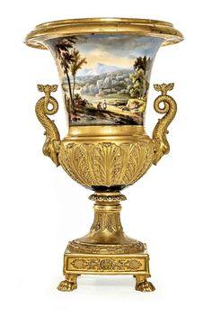 PARIS Vase Médicis en porcelaine à fond doré ornée de feuillages. La panse…