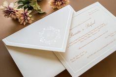 Convite tradicional, envelope com fechamento em bico com monograma do casal estampado. Convite: Papel e Estilo