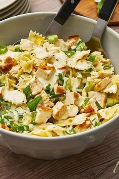 Pasta salad deluxe: Farfalle with fine chicken cubes, crispy corn and spring onions. # pasta salad # chicken Pasta salad deluxe: Farfalle with fine chicken cubes, crispy corn and spring onions. Chicken Pasta, Chicken Salad, Ham Salad, Corn Vegetable, Pasta Salad Recipes, How To Make Salad, Kale, Quinoa, Feta