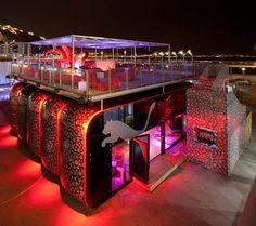 pop up store Amalia´; increible tienda de Puma, parece una disconteca con la terraza, por las luces de color rojo