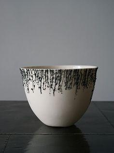 南アフリカで活躍する磁器アーティストRika Herbst。真っ白なボウルにグレーの滴が垂れる美しいボウルです。ディスプレイに最適です。ニューヨークスタイルのインテリアショップ ideot 。クラシカルかつモダンで洗練されたアイテムを提案します。