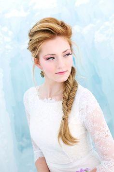Usa el peinado de una de tus princesas de Disney. Como este peinado de la princesa de Frozen
