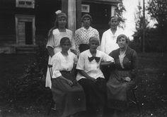 Kortet taget på Nestor Johanssons gård i Balfors. Från vänster bakre raden: Lilly Eriksson gift Edlund, Ebba Israelsson gift Persson och...