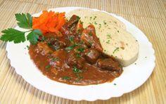 Das Rindsgulasch aus Österreich schmeckt würzig und saftig. Ein delikates Gericht das mit folgendem Rezept gelingt.
