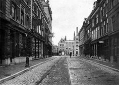 Utrecht op zondag   Lange Viestraat 1901   Richting de Oudegracht. Voorbij de Viebrug de nog smalle Potterstraat