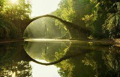 El puente Rakotz Brücke parece sacado de un mundo de fantasía, pero existe y se encuentra en Alemania.
