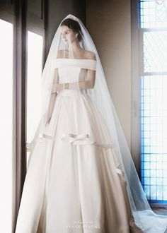 In love with this time-honored elegant gown and matching horsehair veil from Sonyunhui!