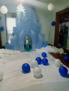 Frozen Castle - How to build a frozen castle Frozen 3rd Birthday, Elsa Birthday, 4th Birthday Parties, Birthday Party Decorations, Frozen Bebe, Christmas Classroom Door, Frozen Castle, Frozen Crafts, Frozen Christmas