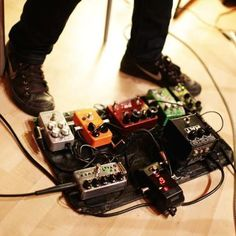 Grabación de guitarras eléctricas para producción musical. Pedales de efecto analógicos. http://www.guitarrec.com