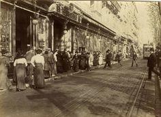 MI VIDA Y MI HISTORIA 1920. Nens jugant-se la vida al Tramvia ple de la línia de Plaça de Catalunya a Plaça Molina. Foto, Josep Brangul...