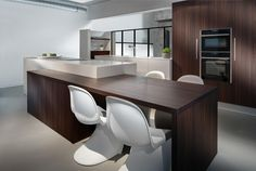 isla de madera oscura en la cocina moderna blanca