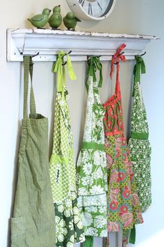 Pretty shelf with three green birds and vintage aprons....so adorable!♥♥