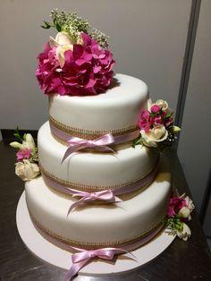 Třípatrový svatební dort obalený fondánem, dozdobený jutovými a saténovými stuhami a čerstvými květinami Cake, Desserts, Food, Tailgate Desserts, Deserts, Kuchen, Essen, Postres, Meals
