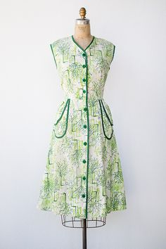Lovely vintage 1950s green tree print dress with patch pockets. #vintage #1950s #fashion