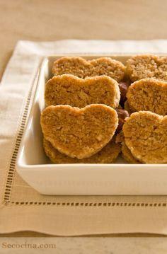 Estas galletas integrales de avellana tienen un montón de cosas buenas: frutos secos, fibra, aceite de oliva... Biscuit Cookies, Healthy Biscuits, Dairy Free Recipes, Light Recipes, Healthy Desserts, Sin Gluten, Cookie Recipes, Food To Make, Vegetarian