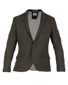 Enchant every passer-by in this classic Soul Blazer by Selected. Structured in design with intricate detailing, this dark, khaki green blazer is a must-have. It features long sleeves, a fitted cut, peak lapels and two mock flap pockets along the waist. It also has a rugged texture complete with elbow patches, a single-button closure and two hidden inner pockets. Create a retro look and partner this blazer with a pair of chinos, a newsboy cap and a vintage printed shirt.