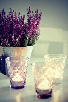 Lavendel und Teelichter.