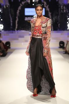trendy fashion show outfit indian Indian Bridal Fashion, Indian Fashion Dresses, Indian Outfits, African Fashion, India Fashion Week, Fashion Week 2015, Japan Fashion, Trendy Fashion, Fashion Show