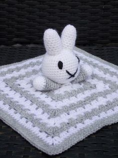 Patroon Nijntje knuffeldoekje      Je begint met het haken van een vierkantje/granny square.   Een patroon van een granny square kun je ...
