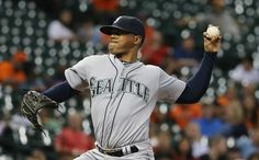 Roenis Elias Photos Photos - Roenis Elias #29 of the Seattle Mariners throws a pitch in the second inning of their game against the Houston Astros at Minute Maid Park on September 1, 2015 in Houston, Texas. - Seattle Mariners v Houston Astros