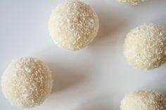 Vyskúšajte recept na lahodné raffaelo guľky trochu inak! Ten originálny je poriadna kalorická bomba, no my vám ukážeme, ako si pripraviť ich diétnejšiu verziu.