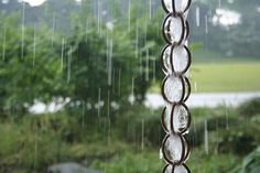 Make a rain chain using metall shower curtain rings. So easy. So inexpensive. Make a rain chain Garden Crafts, Garden Projects, Garden Ideas, Backyard Projects, Outdoor Projects, Outdoor Ideas, Diy Projects, Outdoor Art, Garden Tips