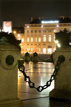 Eingang bei Nacht Museumsquartier- Wien...