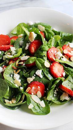 Een heerlijke salade voor op een zomerse dag, boordevol verse spinazie en Hollandse aardbeien. Tip: bewaar de resterende vinaigrette in een glazen potje in de koelkast voor een volgende keer. Wel goed schudden voor gebruik! Begin met het maken van de vinaigrette: meng hiervoor in een gesteriliseerd glazen potje de azijn met de suiker. Schud …
