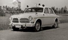 Autopula ei Suomessa rajoittunut siviiliin. Vielä 60-luvulle tultaessa Suomen 256 poliisipiiristä autoa vailla oli noin puolet. Niilo Tarvajärven organisoimille autokeräyksille oli siis todellinen tarve. Nopeimmat ja näyttävimmät autot menivät liikkuvalle poliisille, jolla oli käytössään mm. amerikanpeltiä ja Tarvan keräyksistä saadut Porschet ja Pyhimys-Volvo. Hamsterikeräyksessä luovutettiin kymmenen Volvo Amazonin lisäksi mm. viisi 144:sta (Shell Oy). Taustalla uutta modernia Tapiolaa…