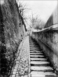 Passage des Eaux, 9 rue Raynouard à Passy ~ Eugene Atget 1901 Eugene Atget, Old Paris, Vintage Paris, Street Photography, Art Photography, Musee Carnavalet, Berenice Abbott, French Photographers, Documentary Photography