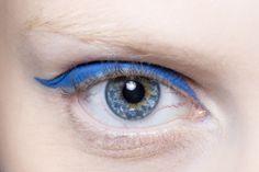 10 formas de maquillarse los ojos. En versión fifties (y azul). © Luca Lazzari