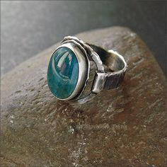 Лаконичное серебряное кольцо с апатитом.