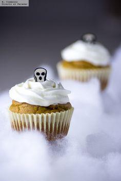 Cupcakes de calabaza con cobertura de queso crema. Receta de Halloween