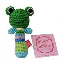 Deze kleurrijke gehaakte rammelaar met een vrolijk gezichtje van een kikker is van het merk Global Affairs.